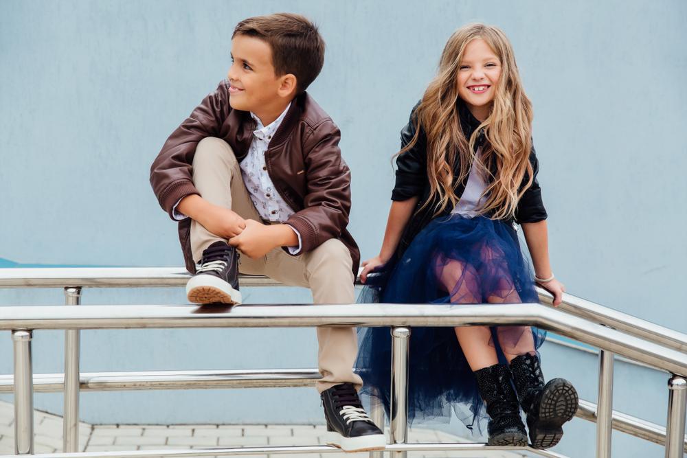 Chłopiec i dziewczynka w imprezowych stylizacjach