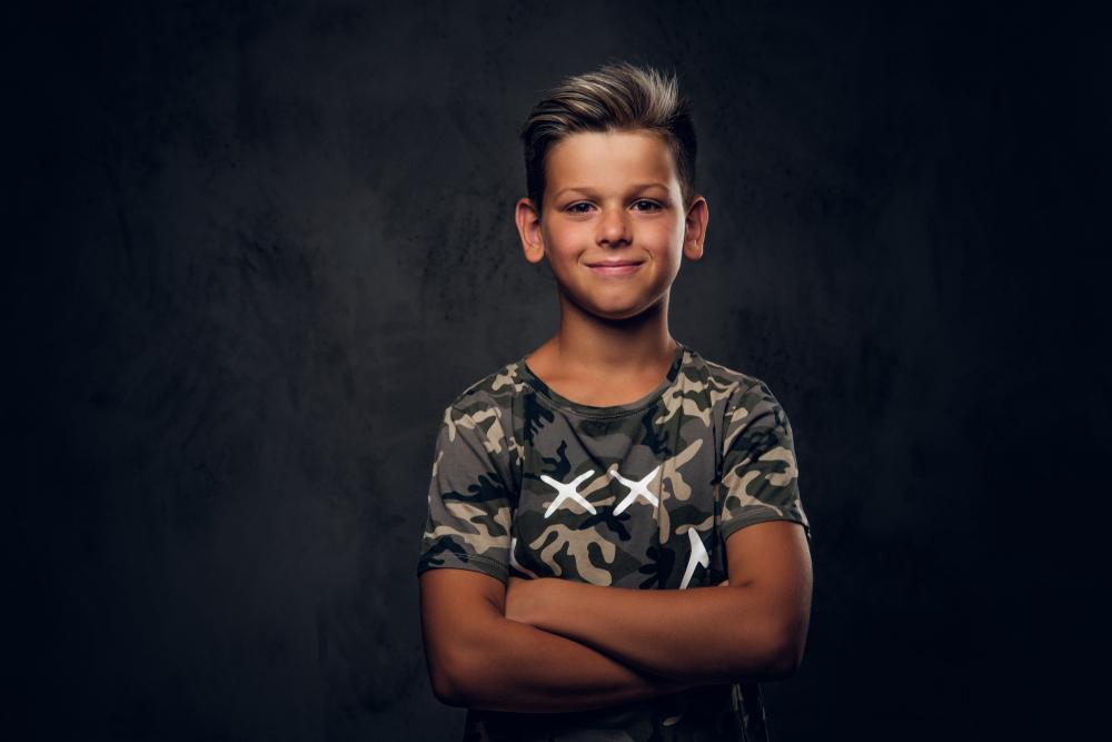 Chłopiec z blond końcówkami