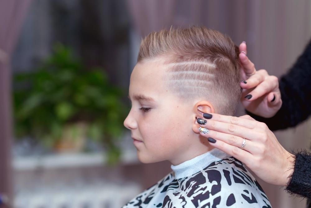 Chłopiec z krótkimi włosami