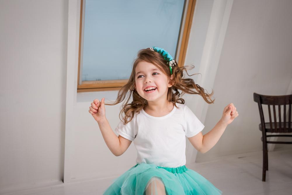 Dziewczynka odświętnie ubrana z opaską na włosach