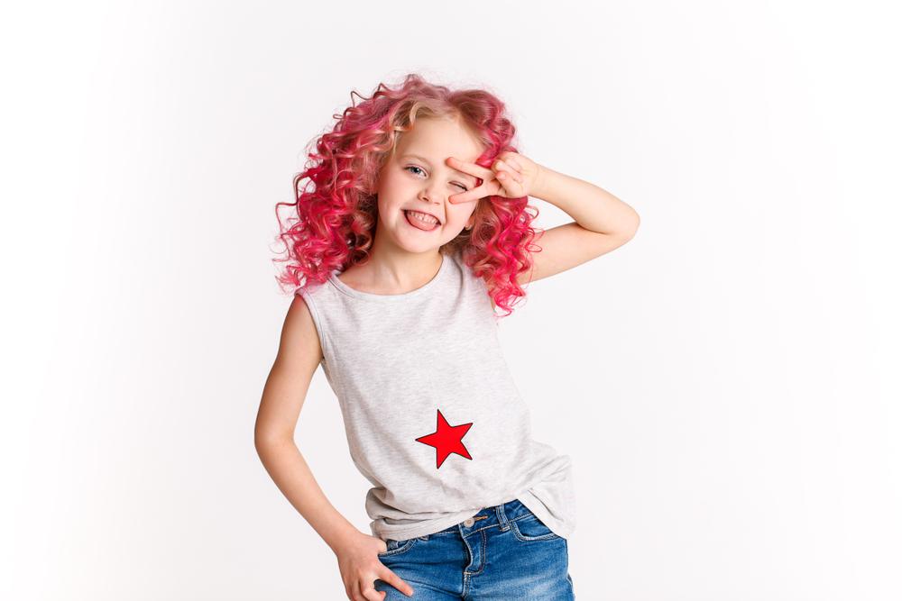 Dziewczynka w różowych loczkach