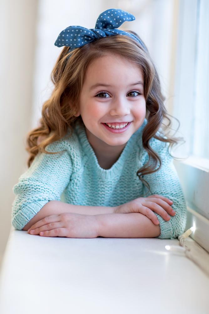 Dziewczynka z kokardą na włosach