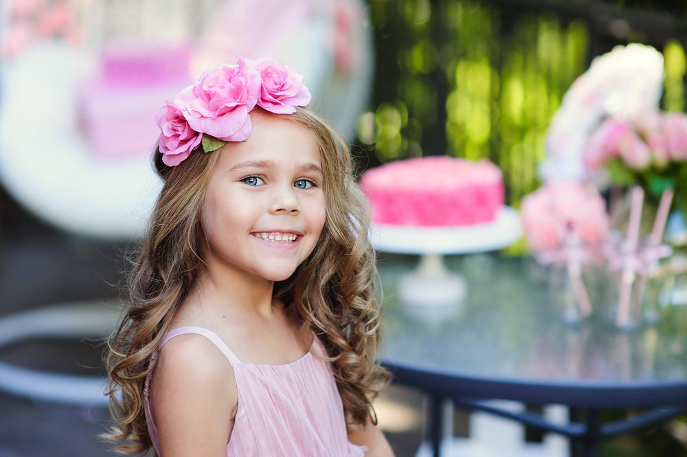 Dziewczynka z lokami i kwiatami we włosach