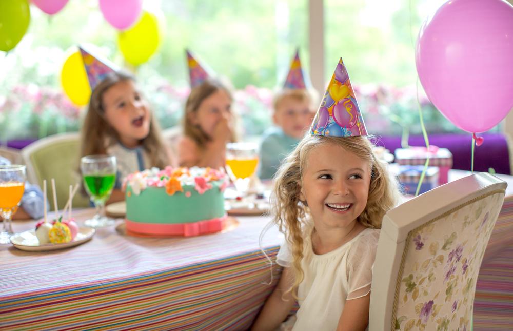 Dziewczynki na przyjęciu urodzinowym