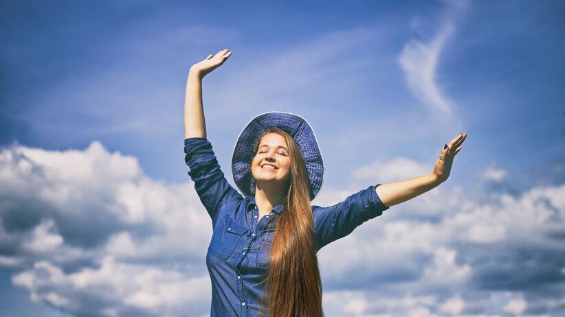 szczęśliwa kobieta w kapeluszu