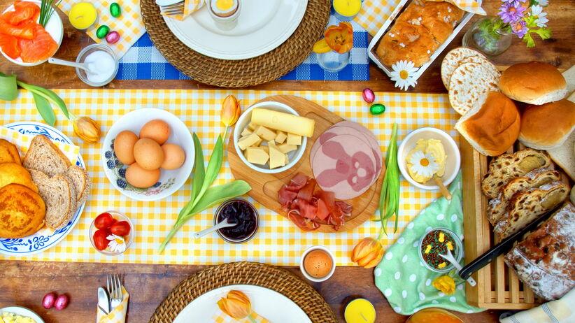 stół wielkanocny potrawy ozdoby