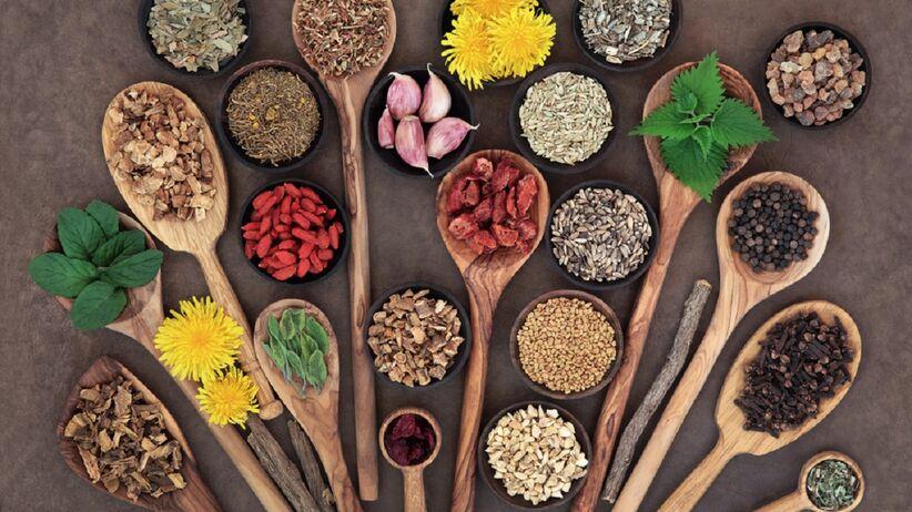 Na stole znajdują się produkty, które umożliwiają oczyszczenie wątroby z toksyn.