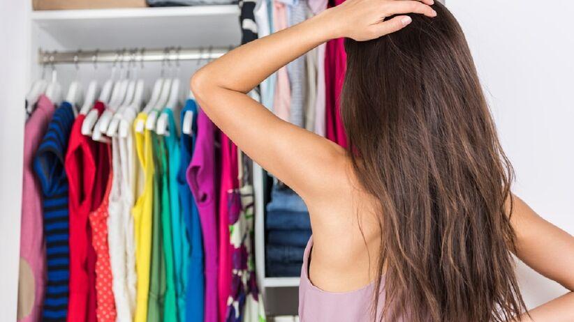 Kobieta stoi przed swoją szafą
