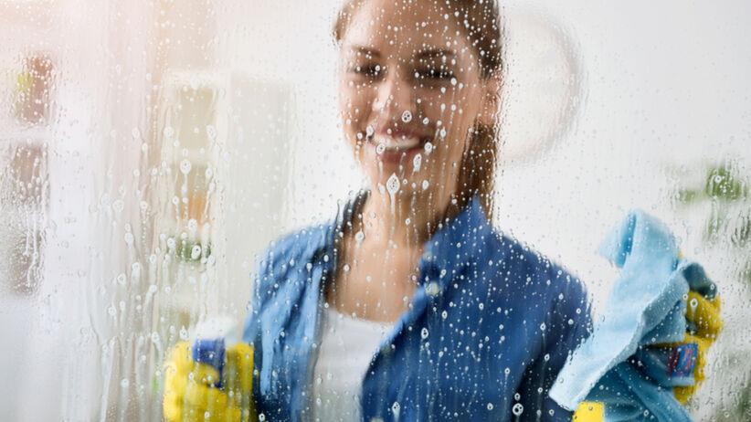 Kobieta, która myje okno