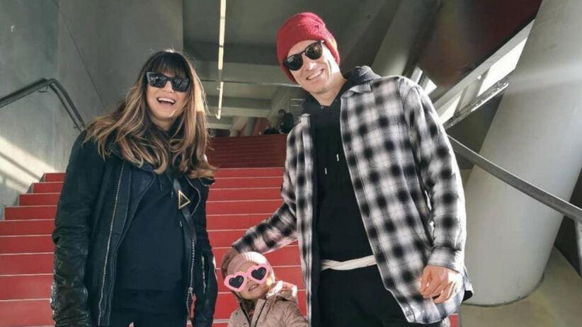 Anna, Robert i Klara Lewandowscy na schodach na Alianz Arenie po meczu Bayernu Monachium