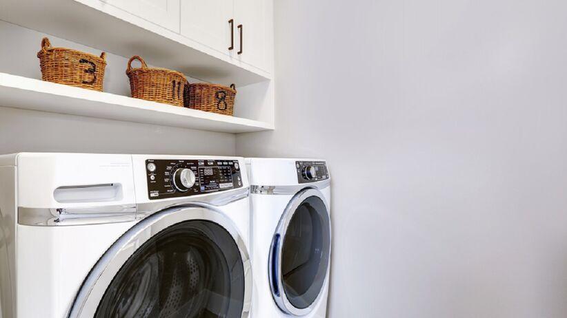 W pralni stoją pralki.