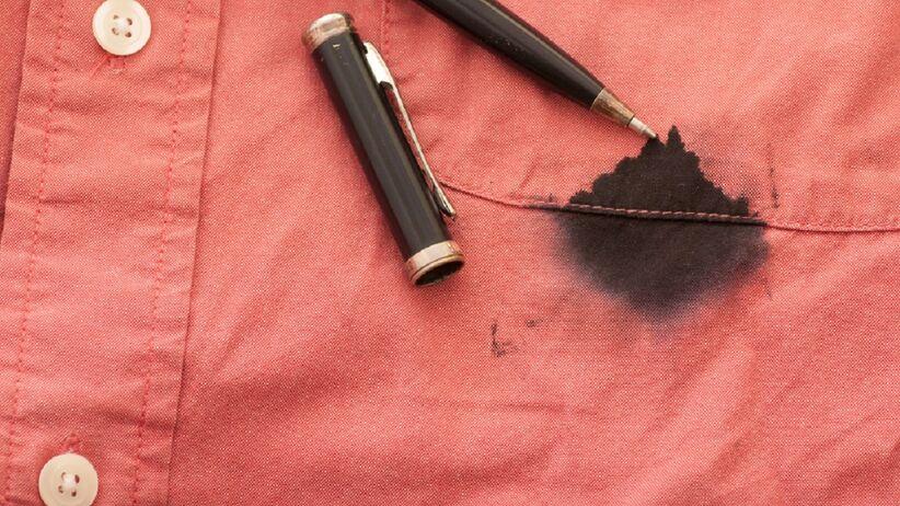 Plamy z długopisu: jak się ich pozbyć z ubrań, mebli i podłogi