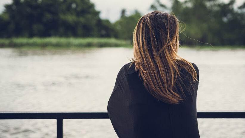samotna dziewczyna stojąca na pomoście spoglądająca w dal