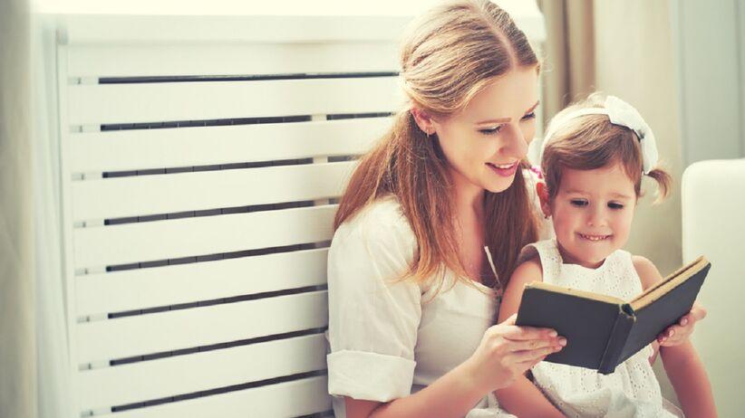 Mama z dzieckiem czytają książkę