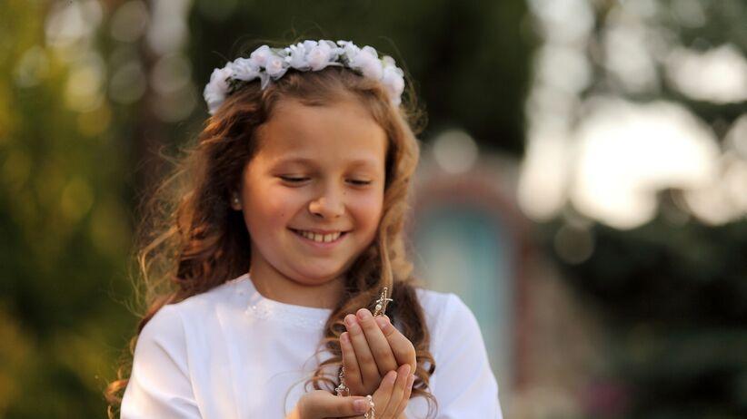 Dziewczynka w trakcie Pierwszej Komunii Świętej