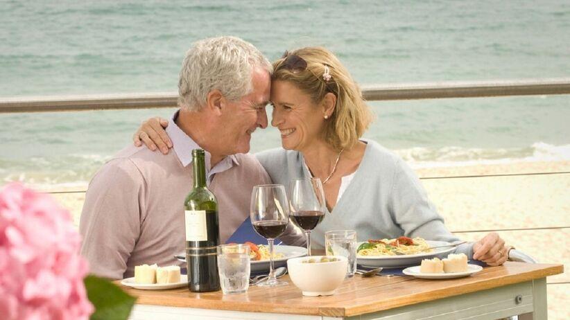 Mężczyzna i kobieta przy stole