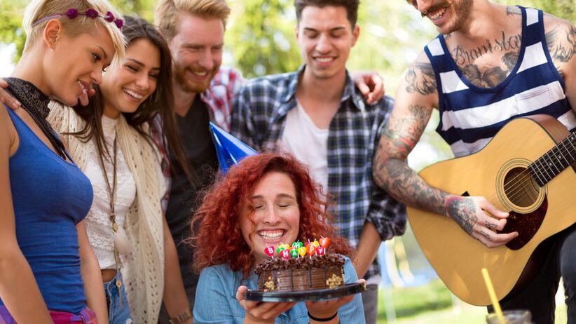 Dziewczyna z tortem