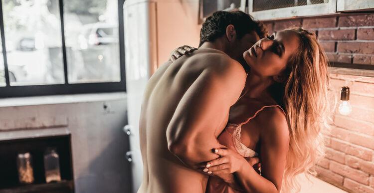 Kochankowie całują się w kuchni