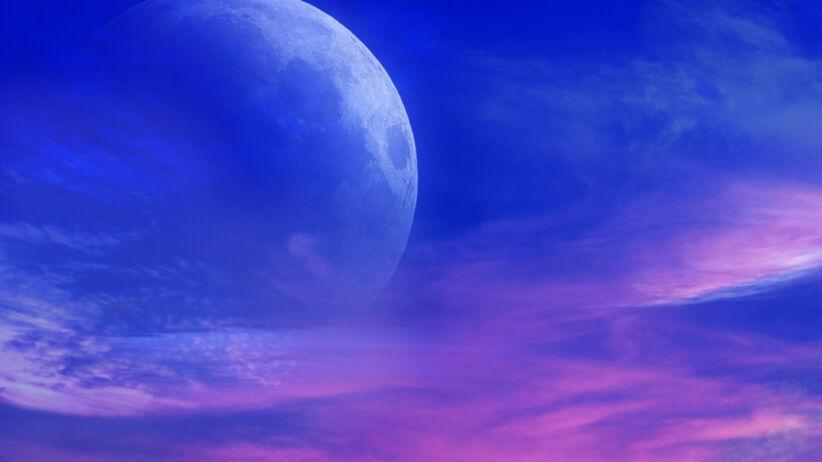 Księżyc w Nowiu góruje nad miastem w nocy