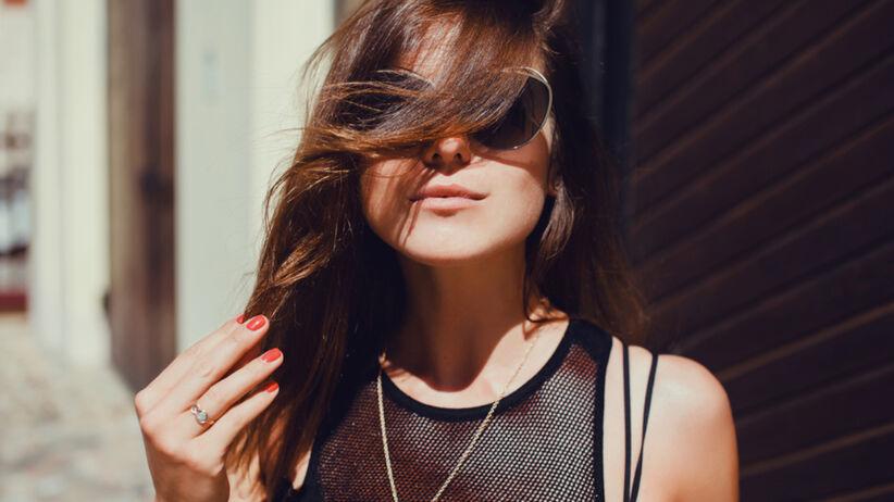 Dziewczyna na czarno w ciemnych okularach