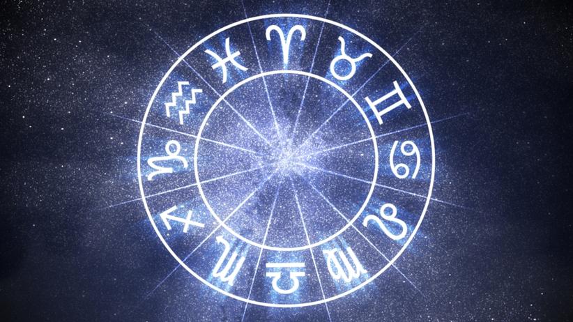 Znaki zodiaku symbole na tle gwieździstego nieba