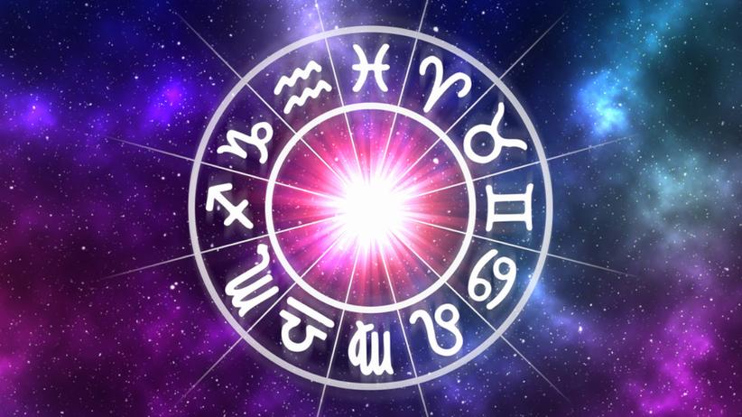 Symbole znaków zodiaku na tle gwieździstego nieba