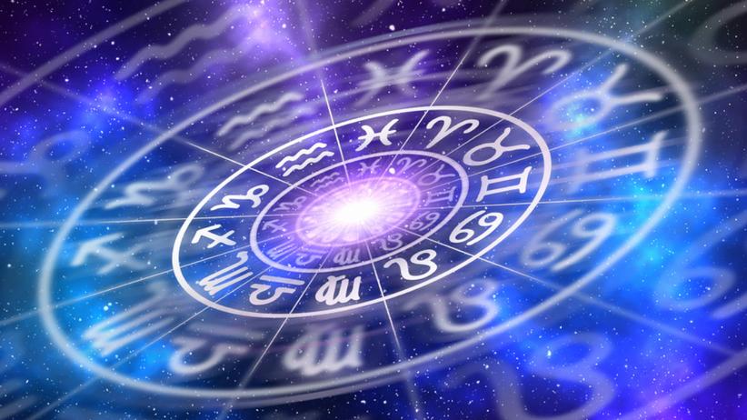 Horoskop - symbol znaków zodiaku na fioletowym tle