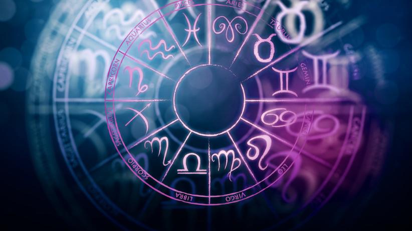 Fioletowe symbole znaków zodiaku na granatowym tle