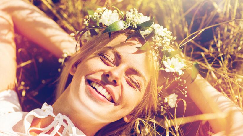 Uśmiechnięta dziewczyna na łące