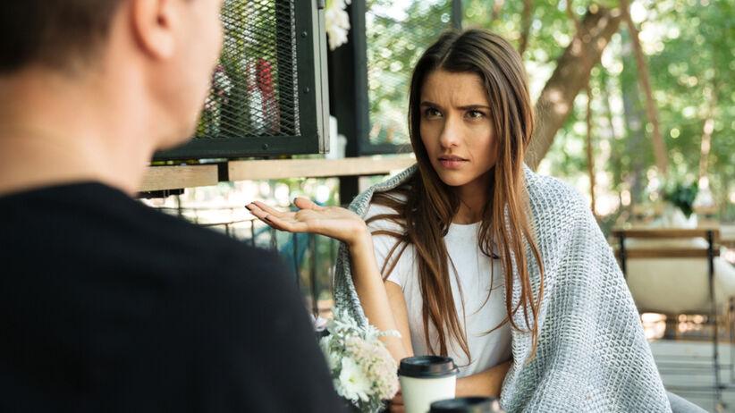Dziewczyna kłóci się z chłopakiem w kawiarni