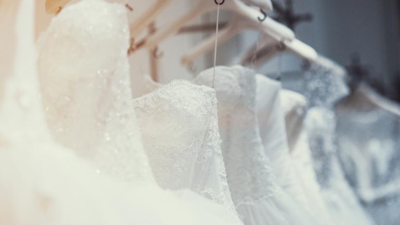 Suknie ślubne wystawione w sklepie