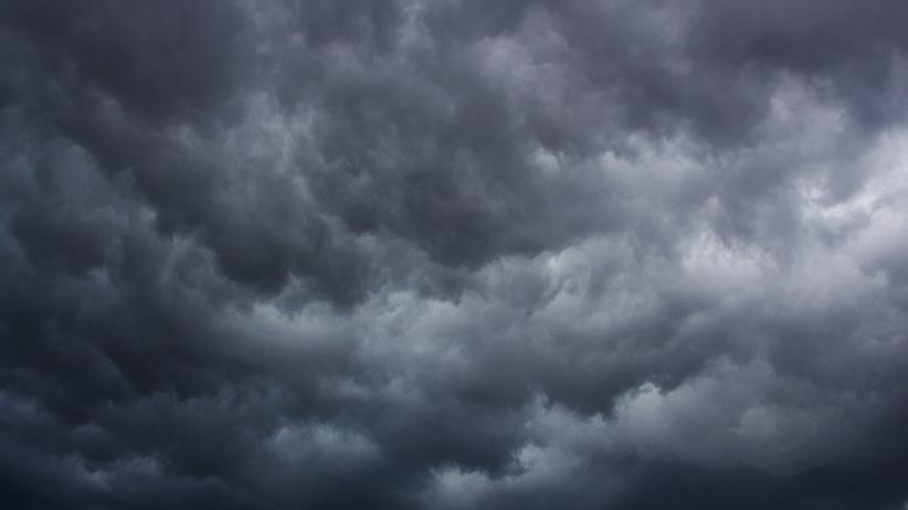 Niebo pokryte burzowymi chmurami