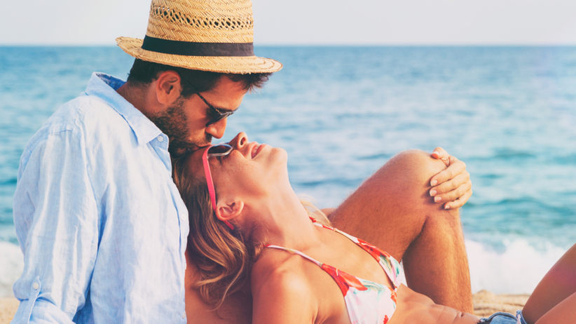 Zakochana para w wakacje na plaży