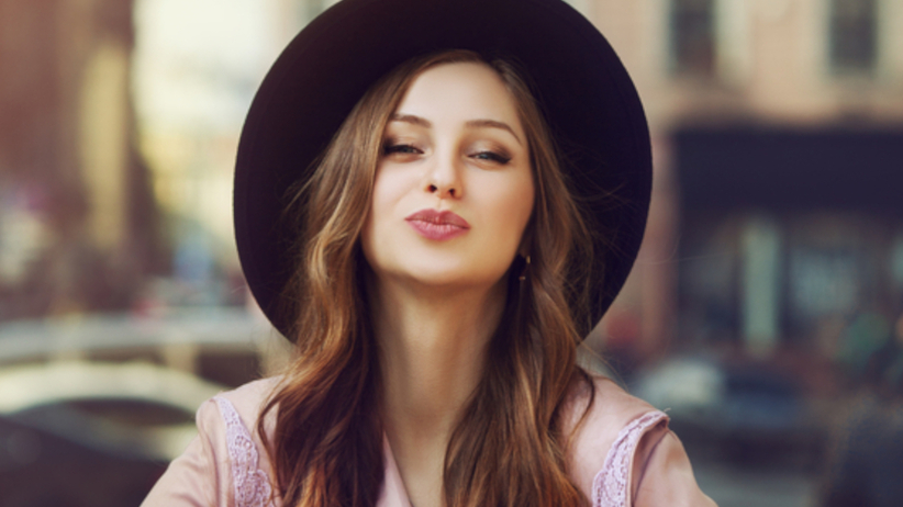 Piękna dziewczyna w kapeluszu, która może mieć na imię Agata