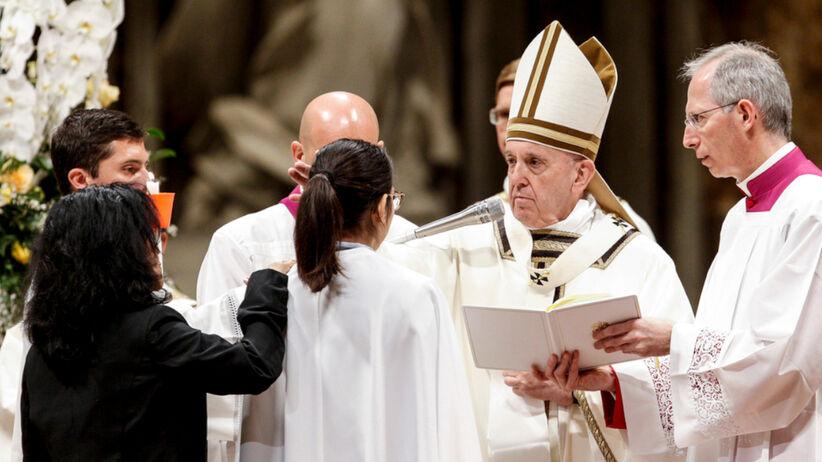 Papież Franciszek udziela młodej dziewczynie bierzmowania
