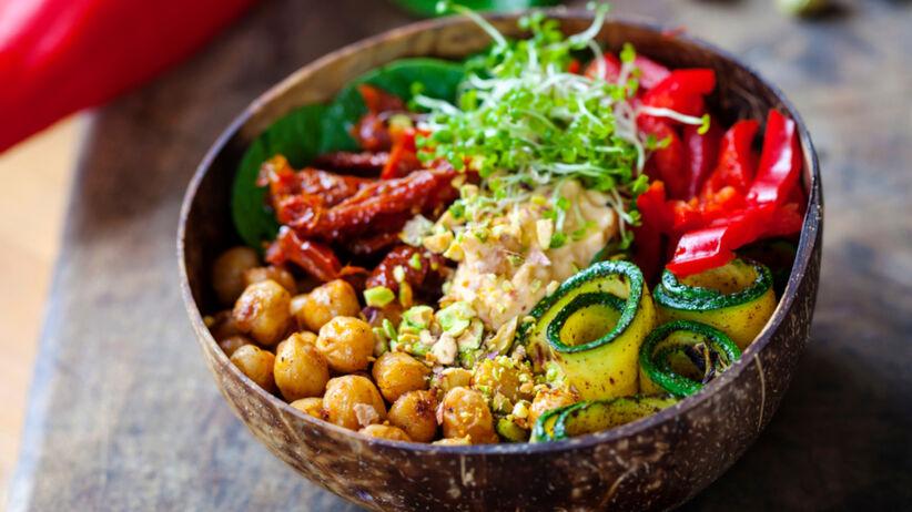 Wegetariańska miska na obiad z ciecierzycą, hummusem i warzywami