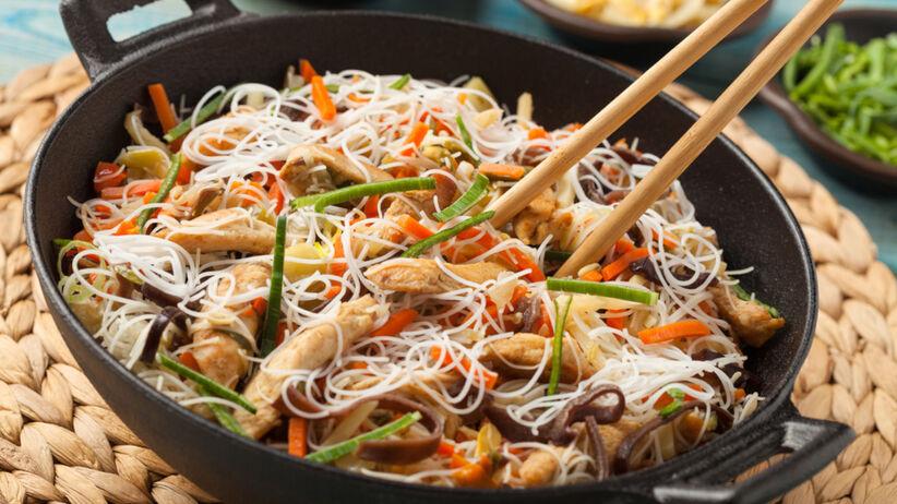 Makaron ryżowy z warzywami na patelni