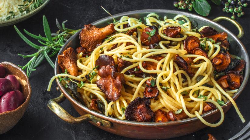 Makaron spaghetti z kurkami na patelni