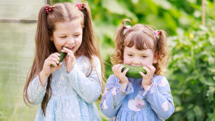 Dziewczynki zajadające się warzywami