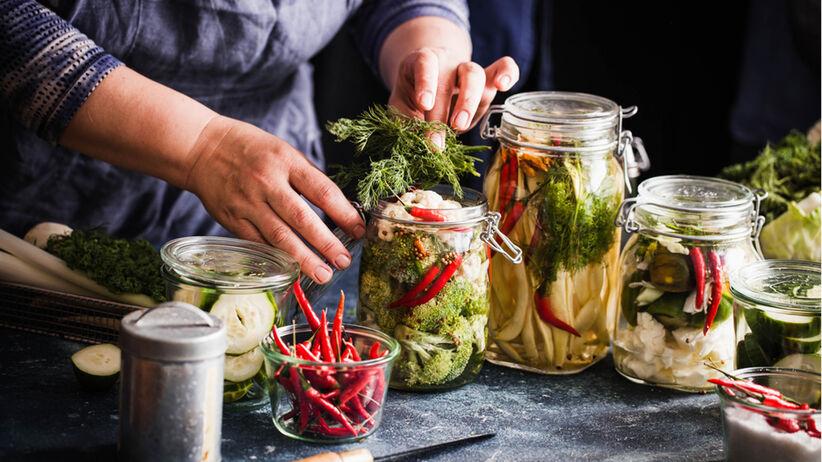 Robienie przetworów w słoikach: ogórki, chili, brokuł