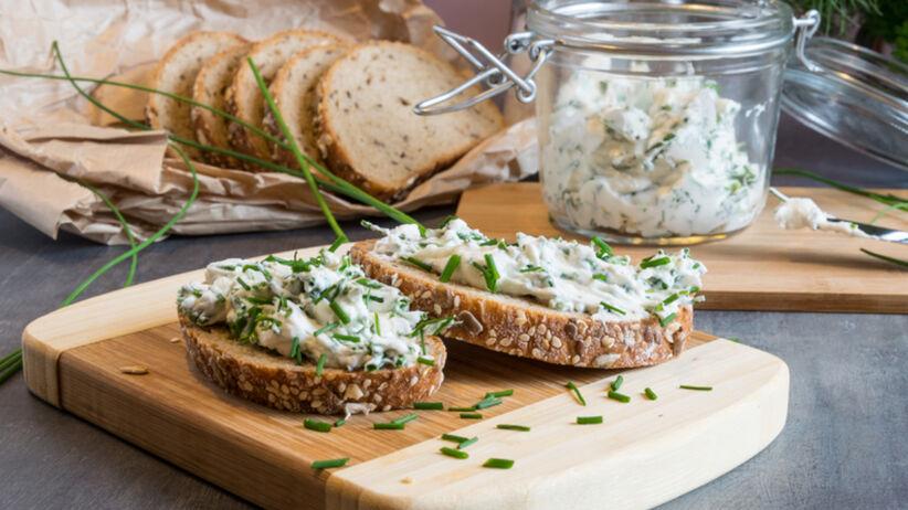 Pasta z twarogu ze szczypiorkiem na chlebie