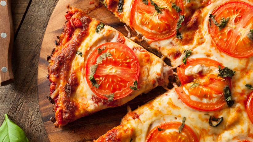 Pizza z kalafiora z pomidorem