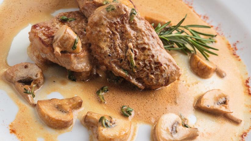 Polędwiczka wieprzowa w sosie pieczarkowym na białym talerzu
