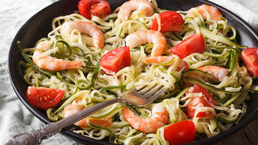 Spaghetti z cukinii z pomidorkami koktajlowymi i krewetkami