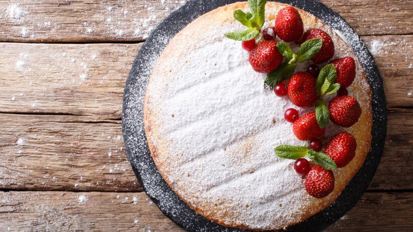 Szybkie ciasto jogurtowe z truskawkami i cukrem pudrem