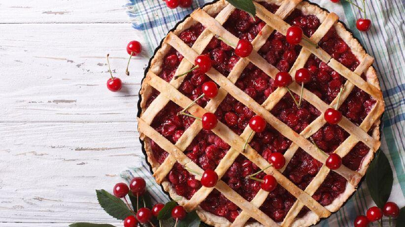 Na stole leży tarta z wiśniami.