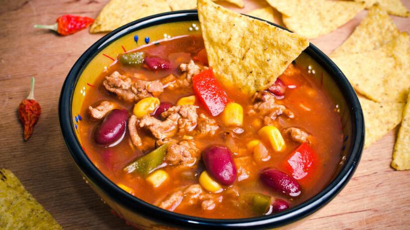 Zupa meksykańska z nachosami w miseczce