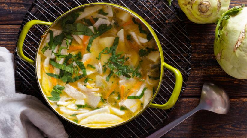 Zupa z kalarepy, czyli śląska oberiba, w zielonej miseczce, obok leżą całe kalarepy