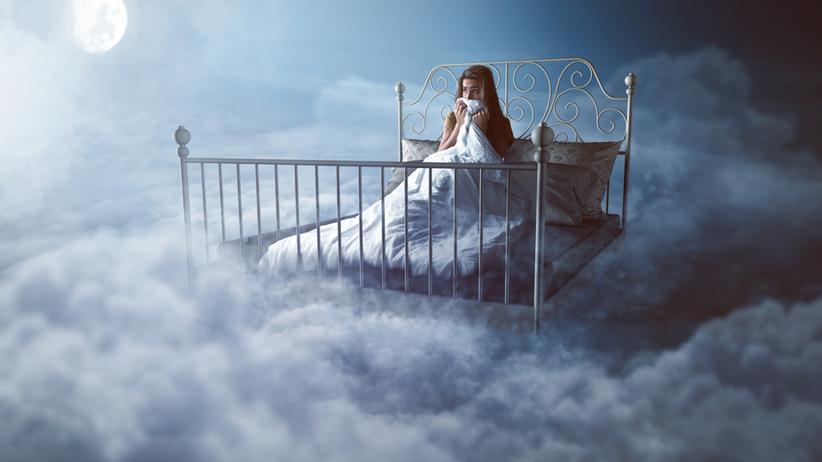 kobieta w chmurach