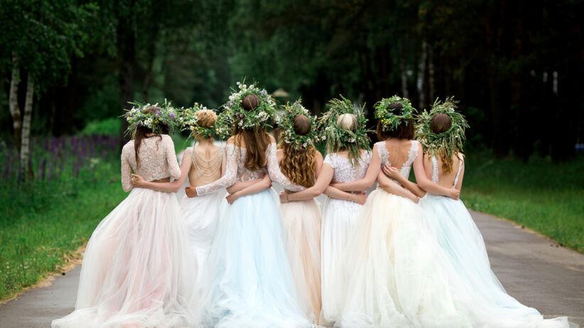 Druhny w różnokolorowych sukienkach i wiankach